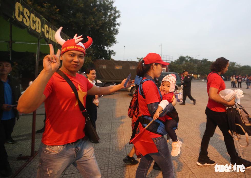 Mỹ Đình rào thép gai bảo vệ trận Việt Nam - UAE - Ảnh 8.