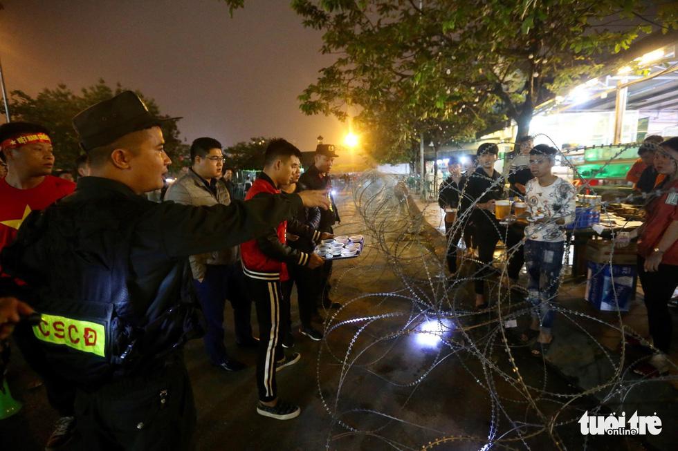 Mỹ Đình rào thép gai bảo vệ trận Việt Nam - UAE - Ảnh 1.