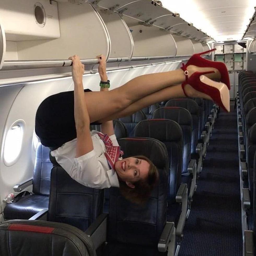 Các nữ tiếp viên xinh đẹp làm gì khi máy bay ế khách? - Ảnh 1.