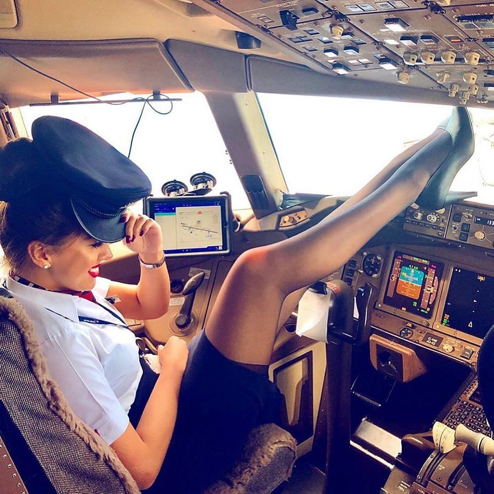 Các nữ tiếp viên xinh đẹp làm gì khi máy bay ế khách? - Ảnh 11.