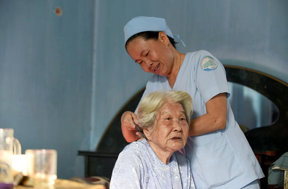 Nữ hộ lý gần 20 năm chăm sóc người dưng - Ảnh 6.
