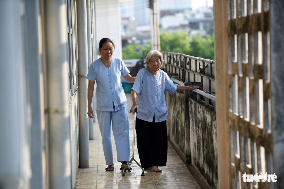 Nữ hộ lý gần 20 năm chăm sóc người dưng - Ảnh 8.