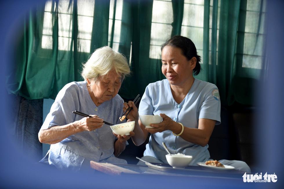 Nữ hộ lý gần 20 năm chăm sóc người dưng - Ảnh 9.