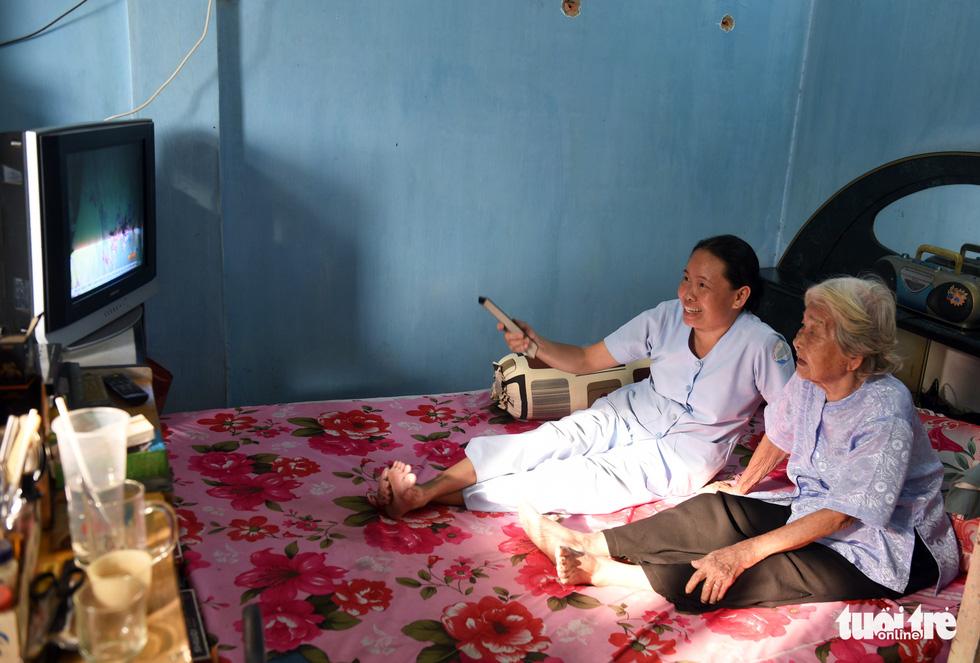 Nữ hộ lý gần 20 năm chăm sóc người dưng - Ảnh 4.