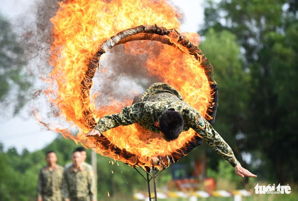Vào lò đào tạo xem người sắt bay vèo vèo qua vòng lửa - Ảnh 6.
