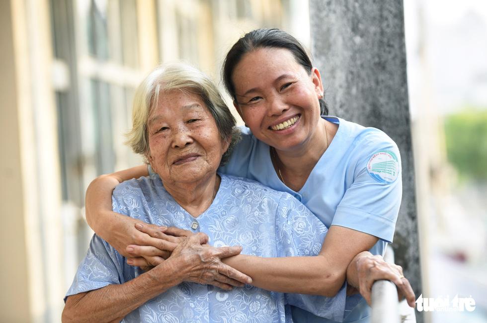 Nữ hộ lý gần 20 năm chăm sóc người dưng - Ảnh 1.
