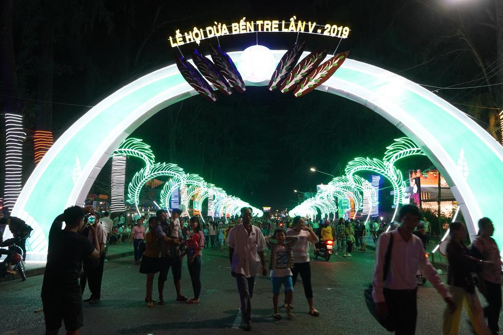 Hàng chục ngàn người tham dự Lễ hội dừa Bến Tre 2019 - Ảnh 4.