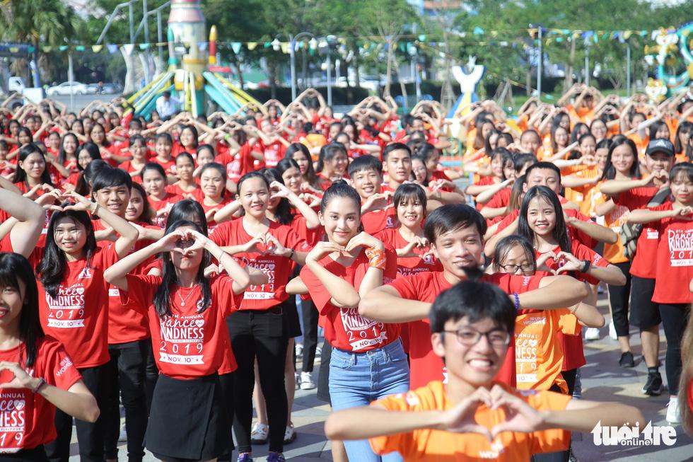 Hoa hậu Tiểu Vy nhảy vì sự tử tế cùng hàng ngàn bạn trẻ - Ảnh 2.
