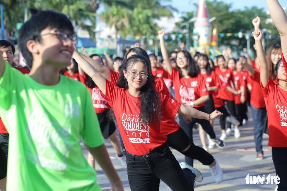 Hoa hậu Tiểu Vy nhảy vì sự tử tế cùng hàng ngàn bạn trẻ - Ảnh 3.