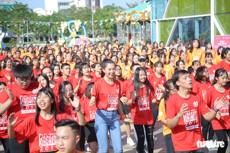 Hoa hậu Tiểu Vy nhảy vì sự tử tế cùng hàng ngàn bạn trẻ - Ảnh 5.