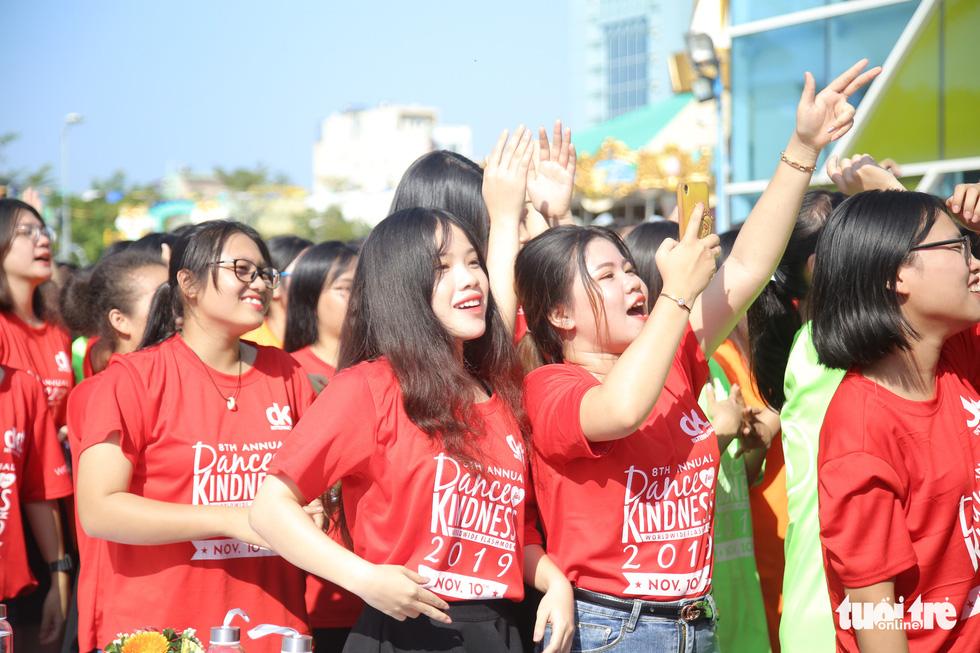 Hoa hậu Tiểu Vy nhảy vì sự tử tế cùng hàng ngàn bạn trẻ - Ảnh 6.