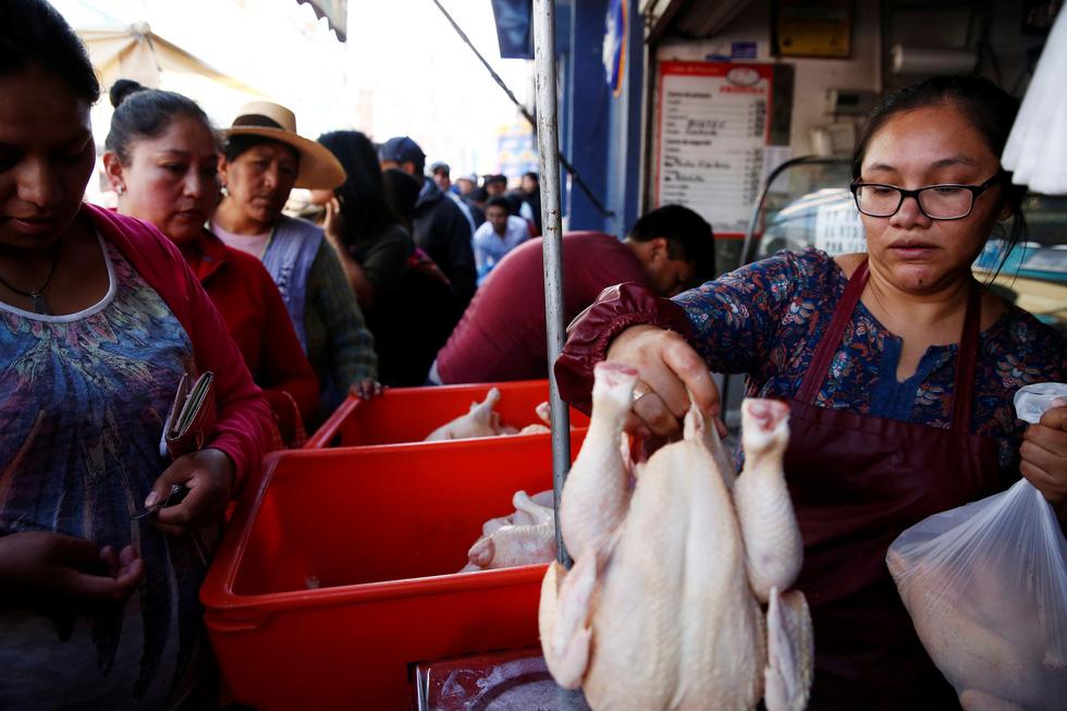 Bolivia bắt đầu thiếu thốn thực phẩm, xăng dầu - Ảnh 3.