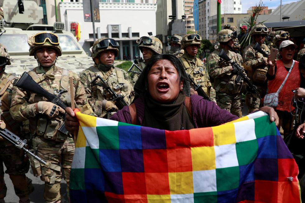 Bolivia bắt đầu thiếu thốn thực phẩm, xăng dầu - Ảnh 1.
