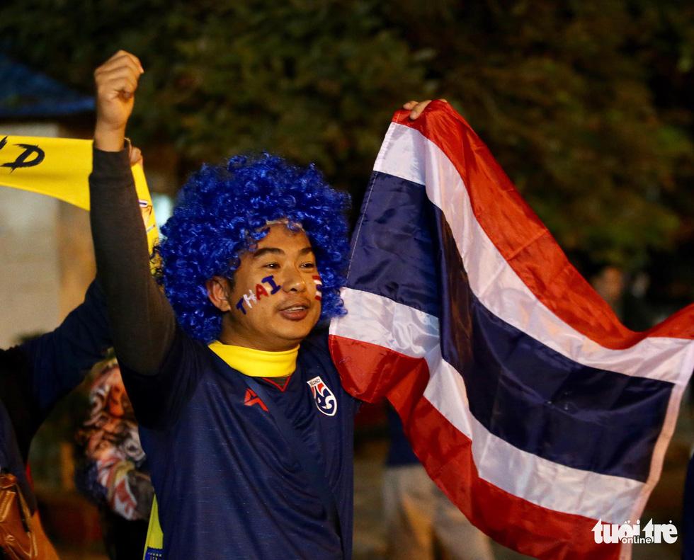 Cổ động viên Thái khuếch trương ở sân Mỹ Đình trước trận quyết đấu - Ảnh 13.