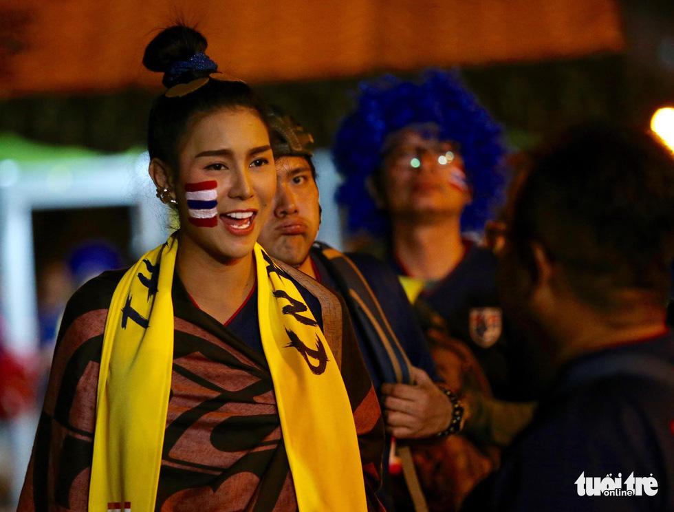Cổ động viên Thái khuếch trương ở sân Mỹ Đình trước trận quyết đấu - Ảnh 14.