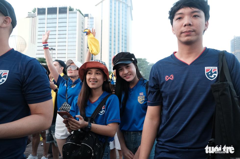 Cổ động viên Thái khuếch trương ở sân Mỹ Đình trước trận quyết đấu - Ảnh 6.