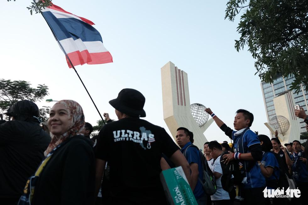 Cổ động viên Thái khuếch trương ở sân Mỹ Đình trước trận quyết đấu - Ảnh 5.