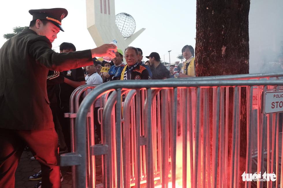 Cổ động viên Thái khuếch trương ở sân Mỹ Đình trước trận quyết đấu - Ảnh 11.