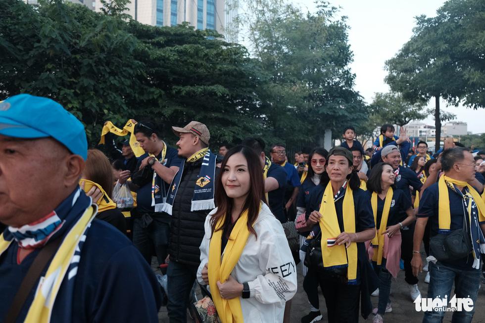 Cổ động viên Thái khuếch trương ở sân Mỹ Đình trước trận quyết đấu - Ảnh 7.