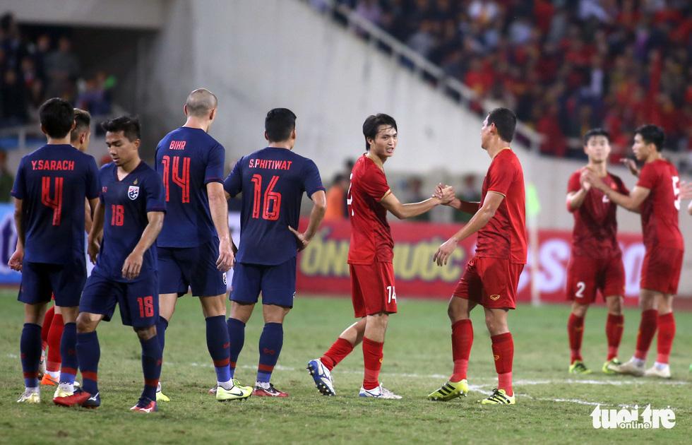 Anh Đức chia tay ông Park và đồng đội ngay trên sân cỏ sau trận hòa Thái Lan - Ảnh 1.