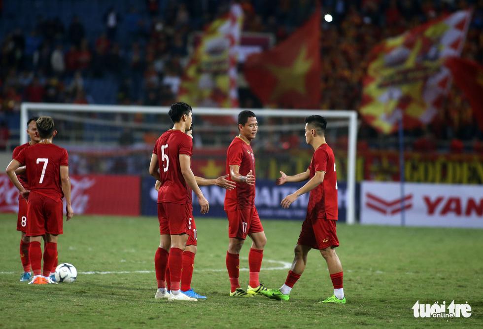 Anh Đức chia tay ông Park và đồng đội ngay trên sân cỏ sau trận hòa Thái Lan - Ảnh 2.