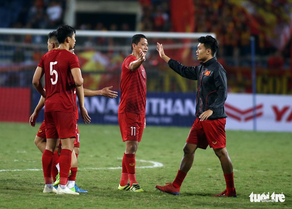 Anh Đức chia tay ông Park và đồng đội ngay trên sân cỏ sau trận hòa Thái Lan - Ảnh 3.