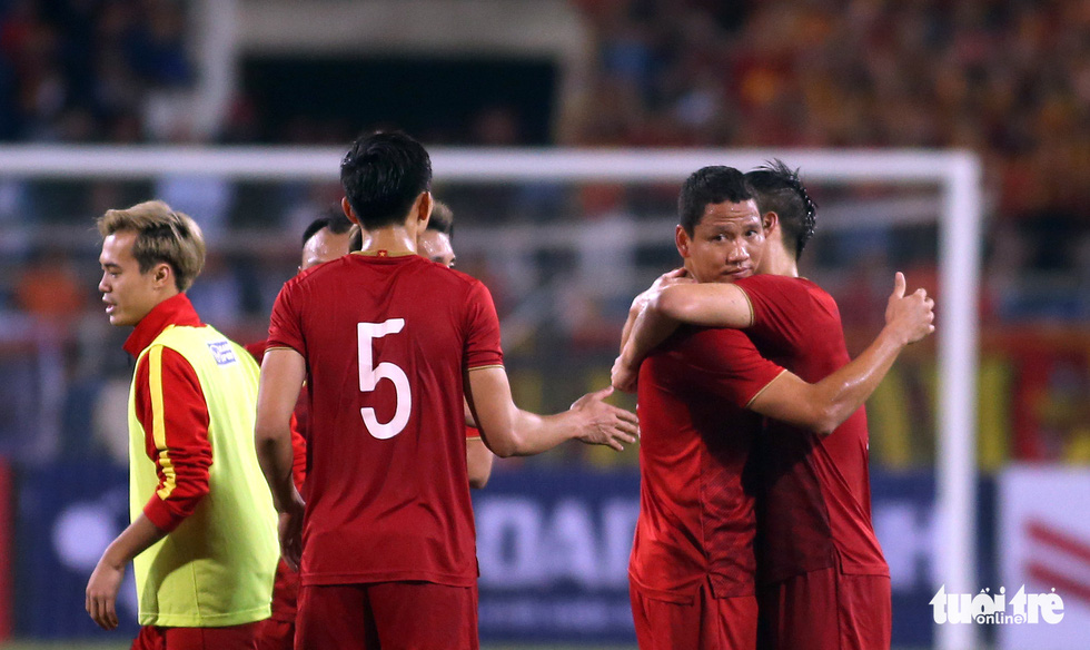 Anh Đức chia tay ông Park và đồng đội ngay trên sân cỏ sau trận hòa Thái Lan - Ảnh 4.