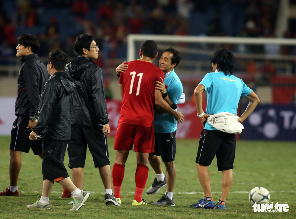 Anh Đức chia tay ông Park và đồng đội ngay trên sân cỏ sau trận hòa Thái Lan - Ảnh 5.