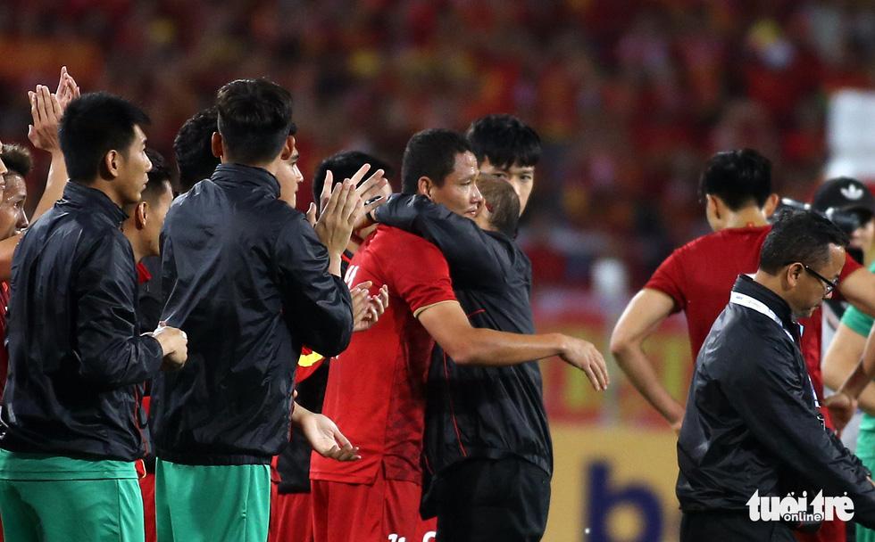 Anh Đức chia tay ông Park và đồng đội ngay trên sân cỏ sau trận hòa Thái Lan - Ảnh 6.