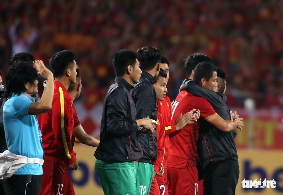 Anh Đức chia tay ông Park và đồng đội ngay trên sân cỏ sau trận hòa Thái Lan - Ảnh 7.