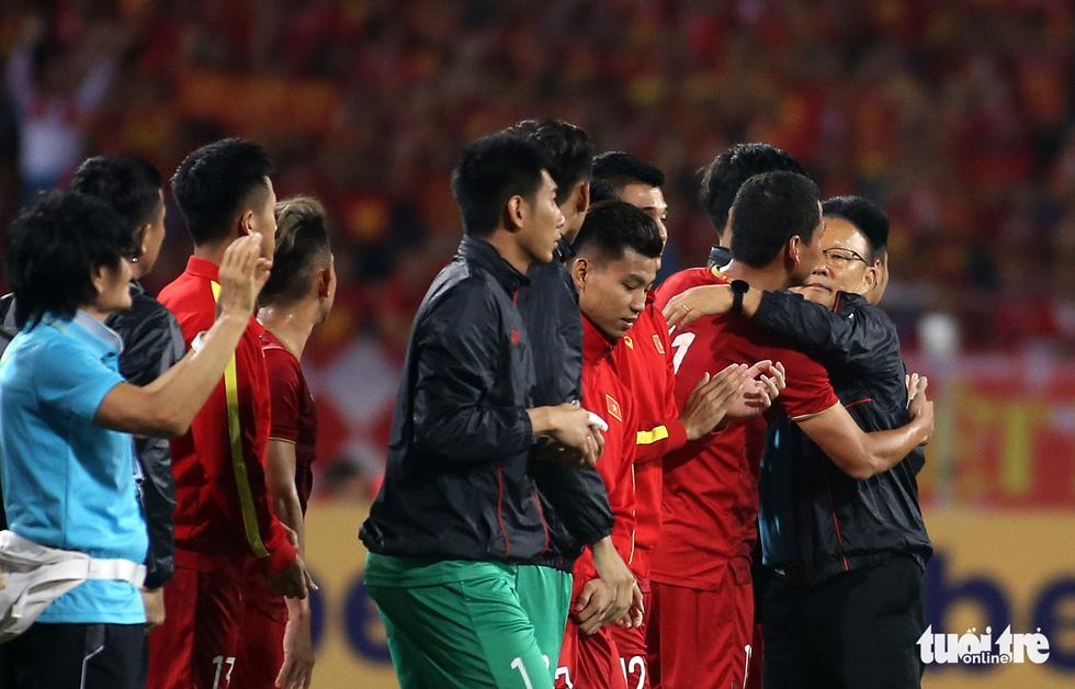Anh Đức chia tay ông Park và đồng đội ngay trên sân cỏ sau trận hòa Thái Lan - Ảnh 8.