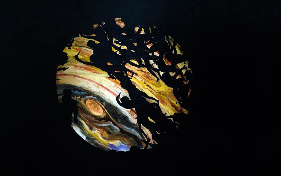 Bảy tỉ năm ánh sáng: Tiểu luận về con người trong tranh Trương Tân - Ảnh 4.