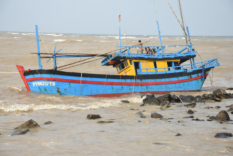 Hàng trăm người giải cứu tàu cá xa bờ mắc cạn suýt chìm - Ảnh 2.