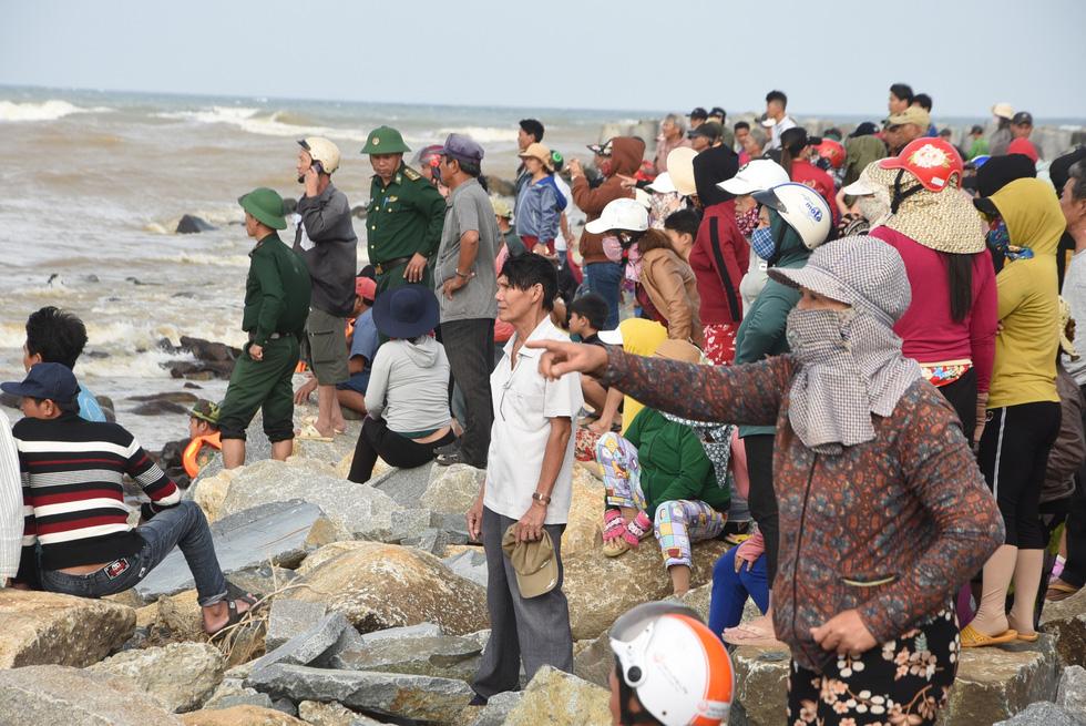 Hàng trăm người giải cứu tàu cá xa bờ mắc cạn suýt chìm - Ảnh 6.