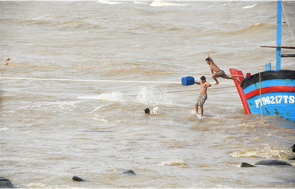 Hàng trăm người giải cứu tàu cá xa bờ mắc cạn suýt chìm - Ảnh 3.