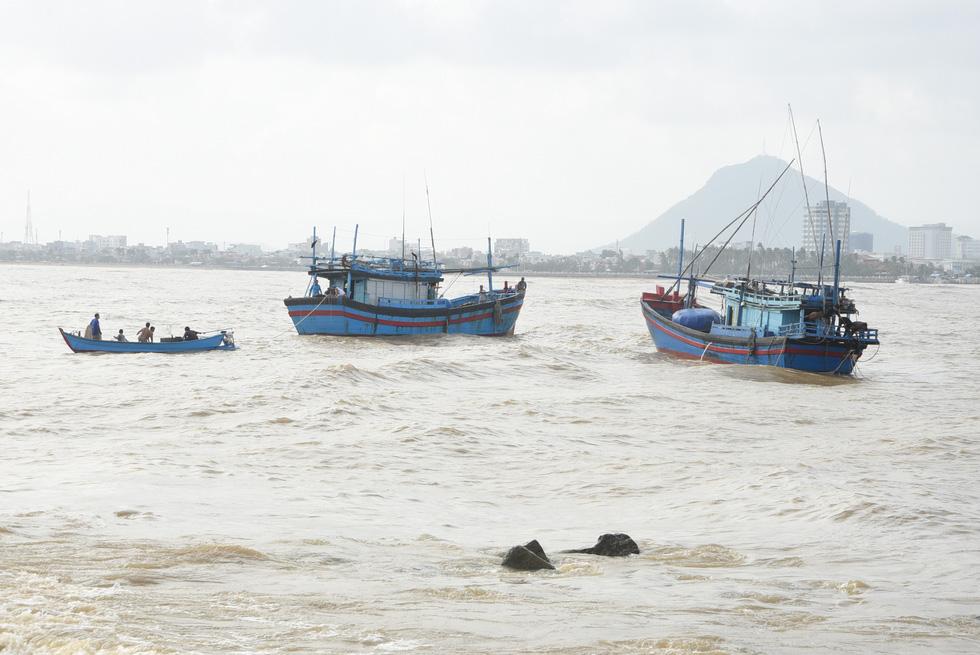 Hàng trăm người giải cứu tàu cá xa bờ mắc cạn suýt chìm - Ảnh 5.