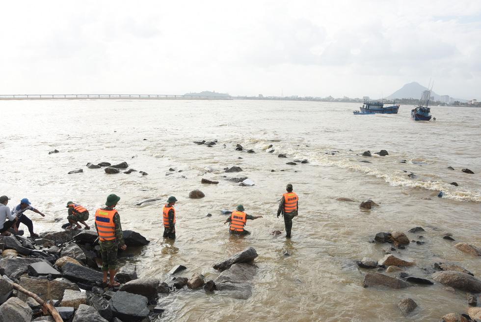 Hàng trăm người giải cứu tàu cá xa bờ mắc cạn suýt chìm - Ảnh 10.