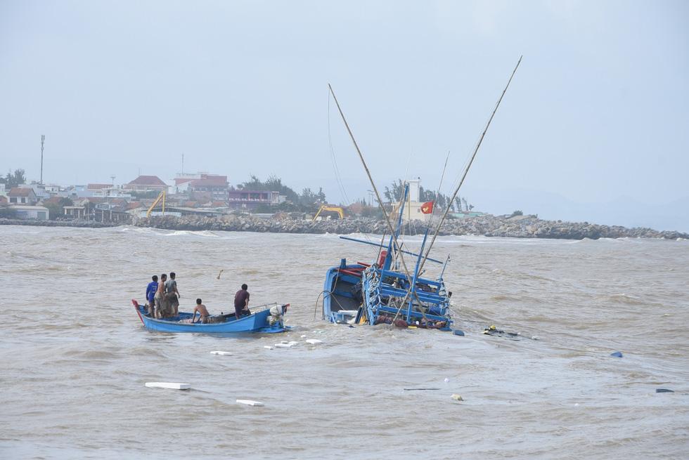 Hàng trăm người giải cứu tàu cá xa bờ mắc cạn suýt chìm - Ảnh 8.