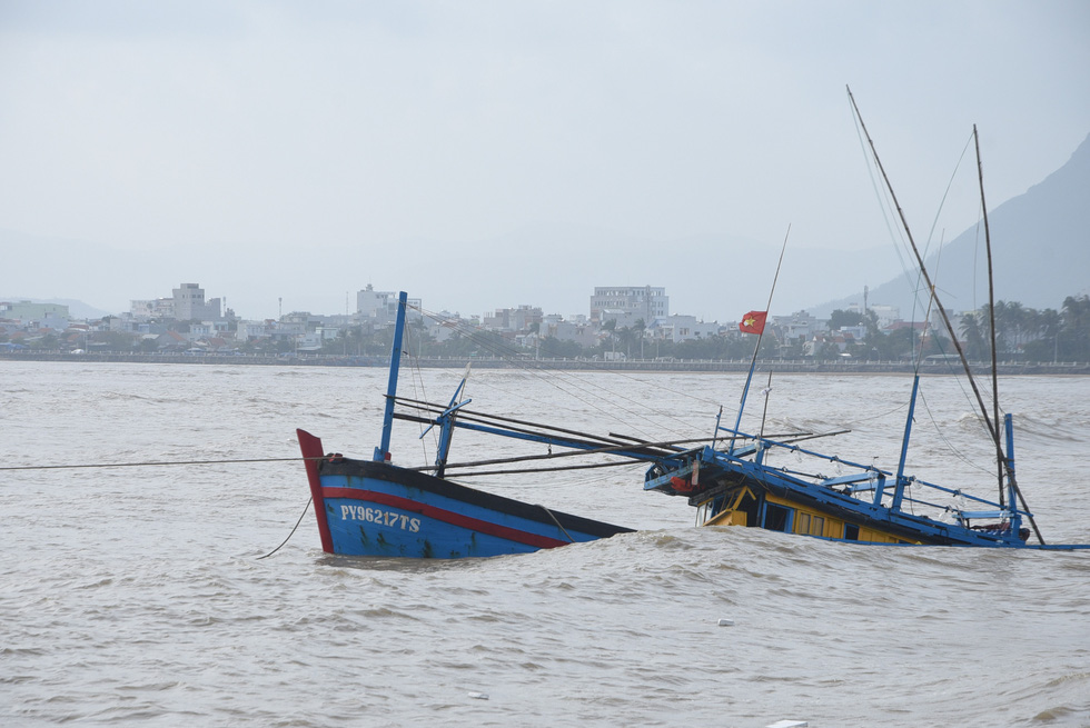 Hàng trăm người giải cứu tàu cá xa bờ mắc cạn suýt chìm - Ảnh 4.