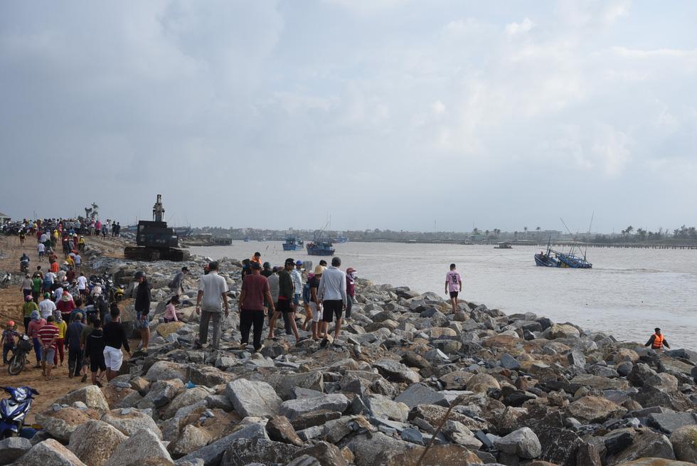 Hàng trăm người giải cứu tàu cá xa bờ mắc cạn suýt chìm - Ảnh 9.
