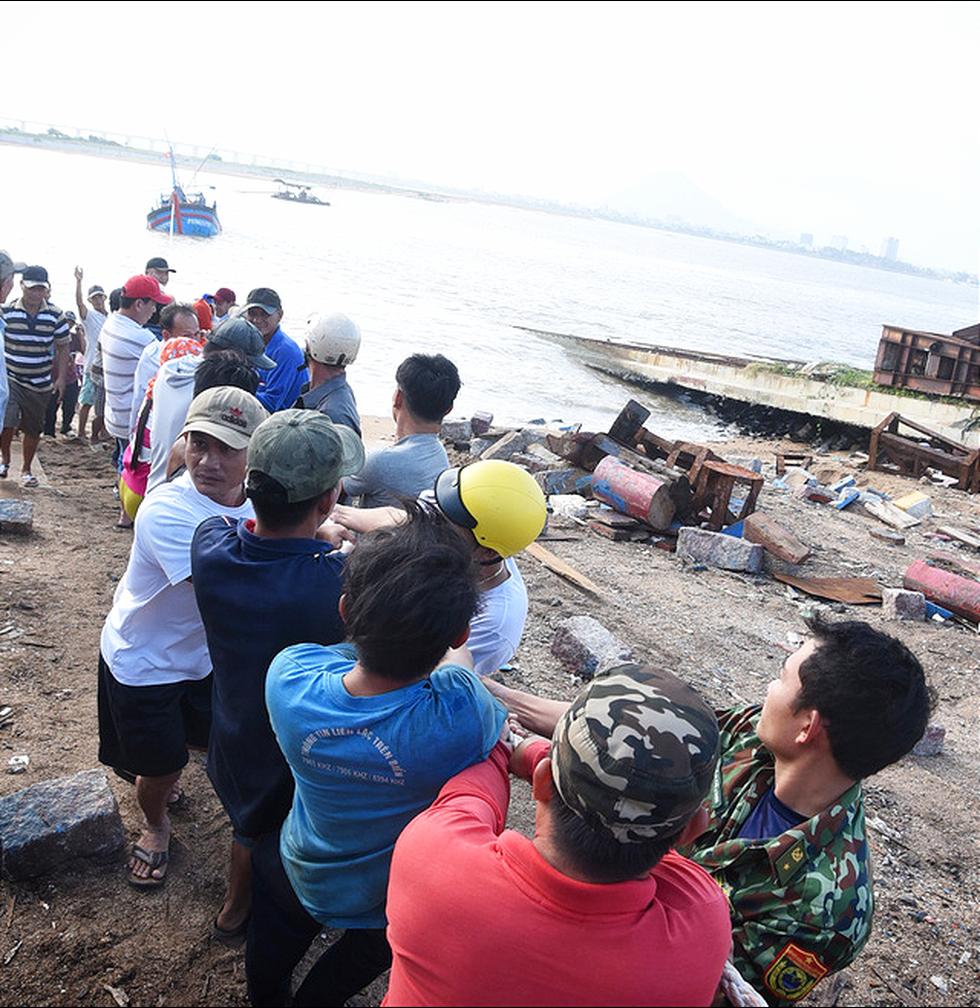 Hàng trăm người giải cứu tàu cá xa bờ mắc cạn suýt chìm - Ảnh 1.