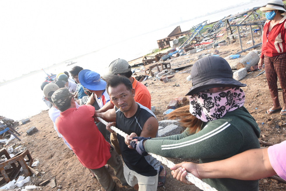 Hàng trăm người giải cứu tàu cá xa bờ mắc cạn suýt chìm - Ảnh 7.