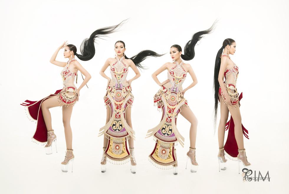 Quốc phục hở hang gây tranh cãi của Ngọc Châu tại Miss Supranational - Ảnh 1.