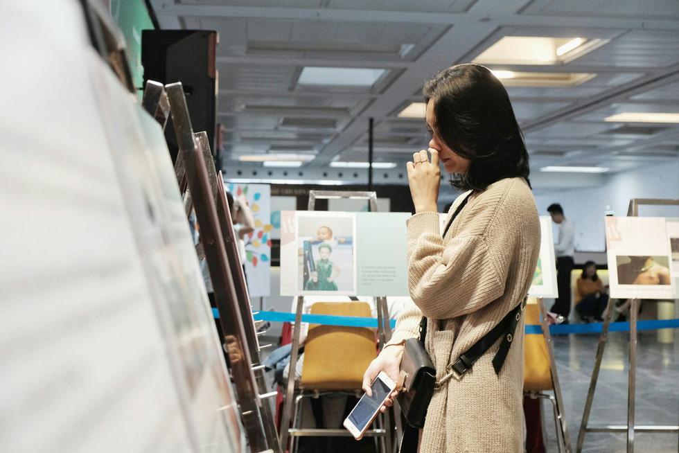 Những giọt nước mắt rơi ở triển lãm 'Em không sợ' - Ảnh 1.