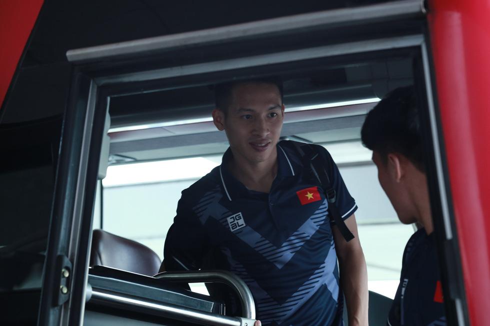 Tuyển nữ và U22 Việt Nam tươi cười lên đường dự SEA Games - Ảnh 1.