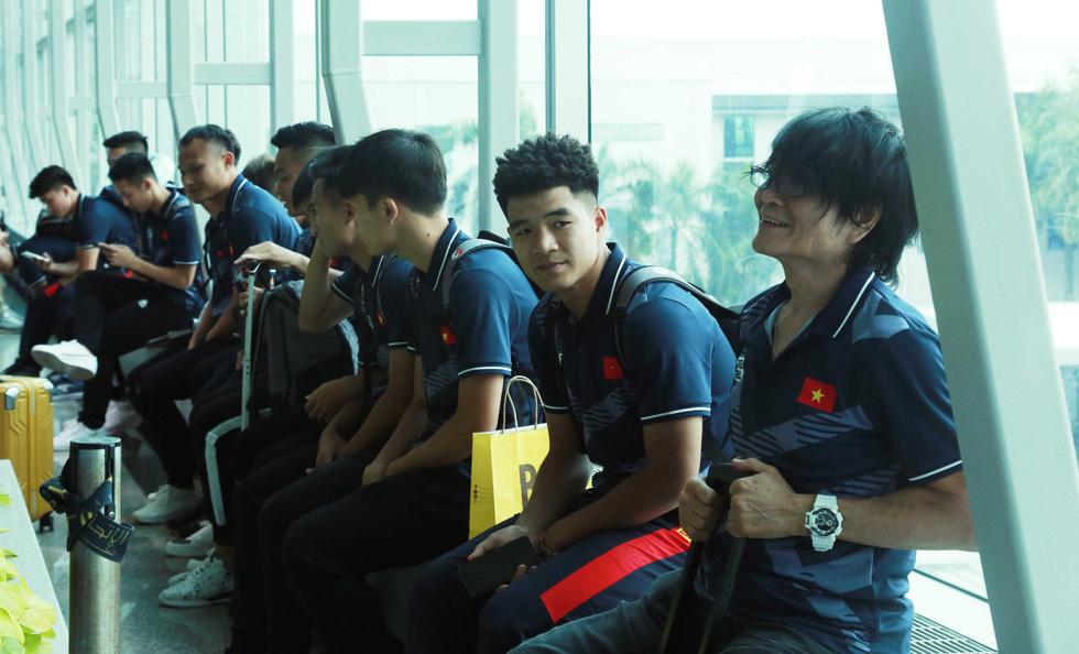 Tuyển nữ và U22 Việt Nam tươi cười lên đường dự SEA Games - Ảnh 8.