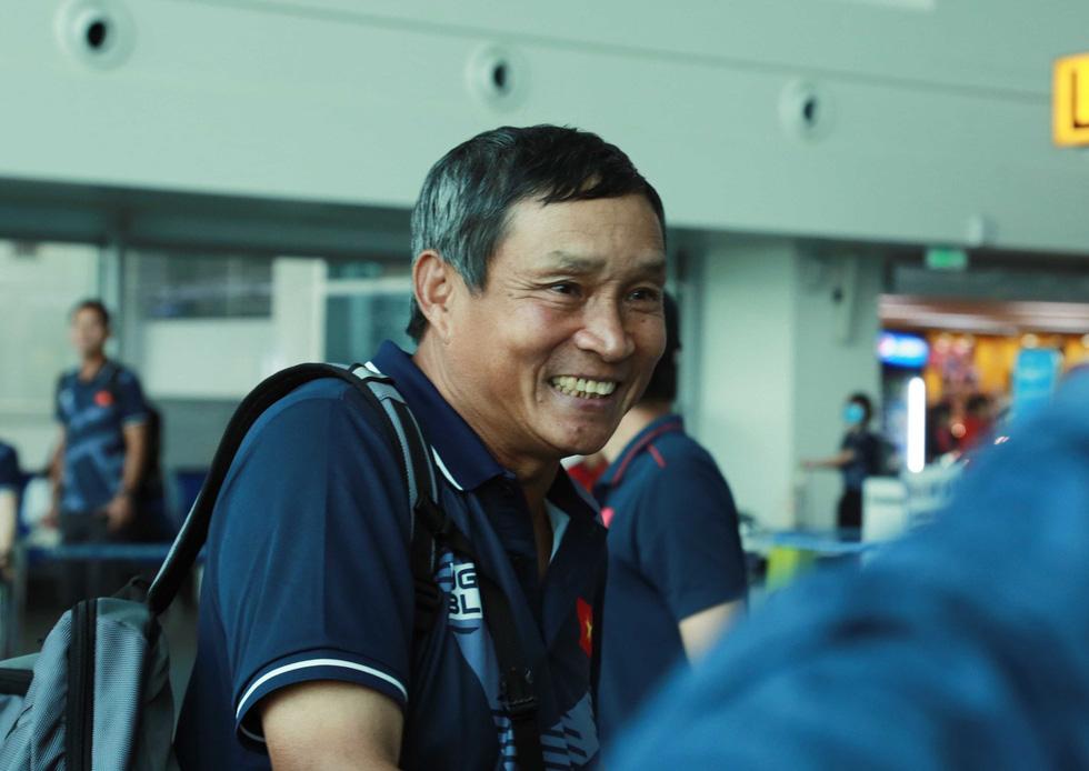 Tuyển nữ và U22 Việt Nam tươi cười lên đường dự SEA Games - Ảnh 3.
