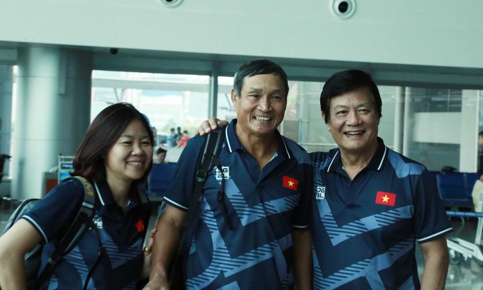 Tuyển nữ và U22 Việt Nam tươi cười lên đường dự SEA Games - Ảnh 4.