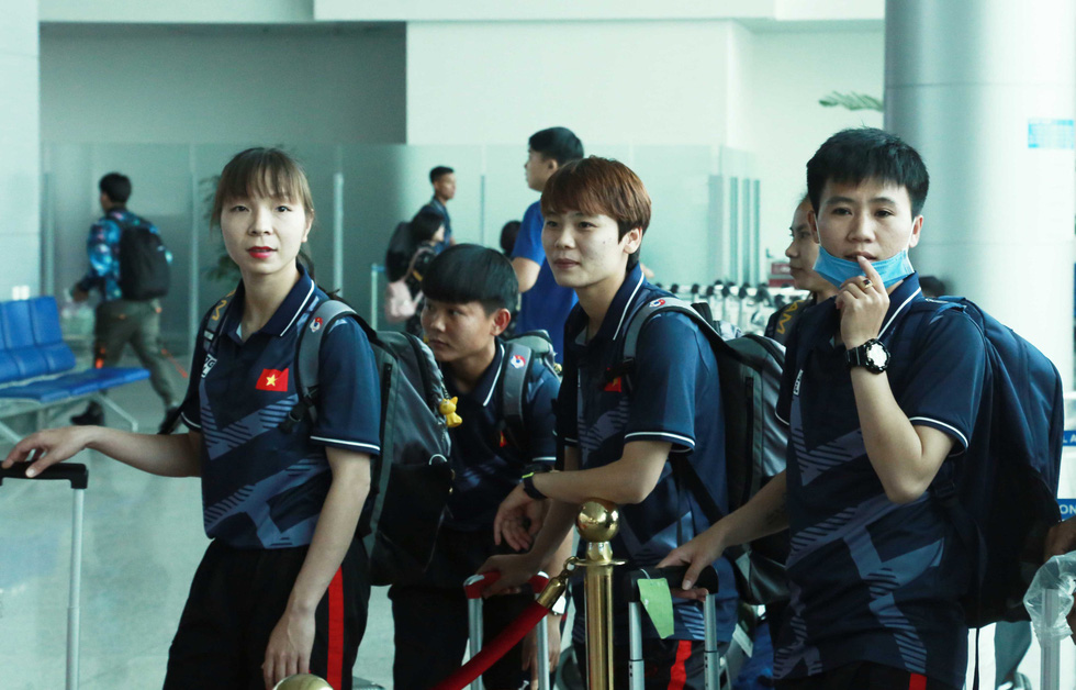 Tuyển nữ và U22 Việt Nam tươi cười lên đường dự SEA Games - Ảnh 5.