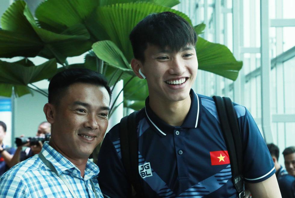 Tuyển nữ và U22 Việt Nam tươi cười lên đường dự SEA Games - Ảnh 9.